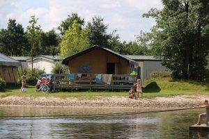Luxe kampeertent aan het water
